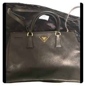 Prada saffiano bag black size medium